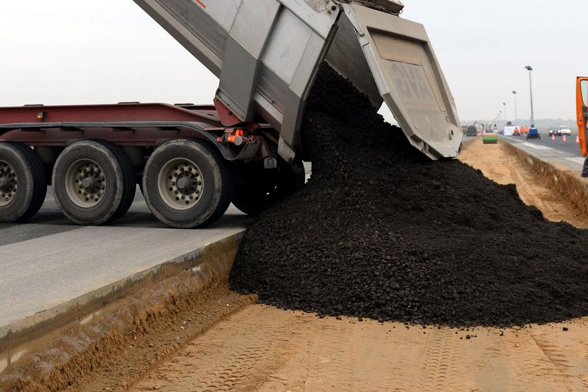 Beer-Energien-EcoRate-nature-asphalt-fluid-concrete-fluid-100-Prozent-biologischer-Oelentferner-Oeltrennmittel-Anwendung-bei-Asphalt-Kipper